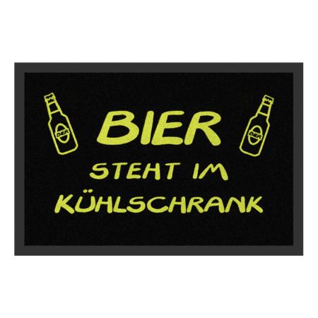 Fussmatte: Bier steht im Kühlschrank
